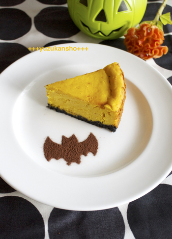 カボチャとチーズのコンビネーションは最高♪ココアパウダーをコウモリの形にすれば、よりハロウィンらしくなります。