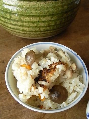 鶏ときのこの土鍋ご飯は、たっぷりきのこで食物繊維も豊富、鶏肉でヘルシー!おこげも美味しくいただきましょう。