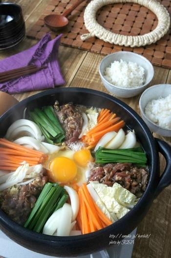 コチュジャンやごま油など、日本のすき焼きとはまた違ったちょっとピリ辛い味わいの韓国風すき焼き。トロッと卵をからめてマイルドに召し上がれ♪