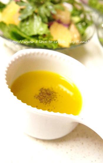 材料すべて混ぜるだけ!ホイッパーで混ぜ合わせるのがポイントですね。レモンの酸味と、はちみつの甘みの組み合わせが爽やかです。お野菜はもちろん、魚介類に合うドレッシングです。