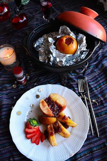 りんごを丸々一個使ったレシピ♪ほっとするような餡とシナモンの香りとストロベリージャムの酸味…和洋のハーモニーを感じるちょっぴり贅沢なデザートです。