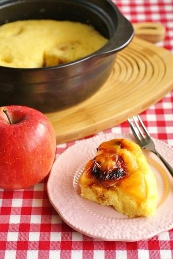 土鍋でふんわりしっとりおいしいケーキが焼けます。甘酸っぱいリンゴに少し焦げ目がついたくらいがちょうどいいんです◎混ぜて焼くだけなのでとっても簡単です。