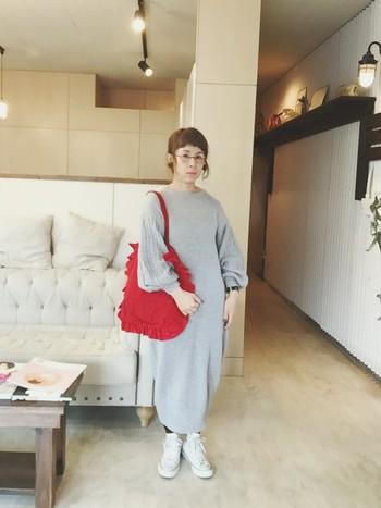 トレンドのニットワンピースを一枚でさらりと着れるのも、この時期ならでは。たっぷりふくらんだ袖がかわいいニットワンピです。バッグの赤が映えておしゃれ。