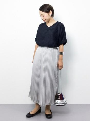 シフォン素材のふんわりとやわらかいプリーツスカートも人気です。動きに合わせて、さらさらと裾が揺れるのがかわいくて、女性らしさを楽しめるアイテムです。