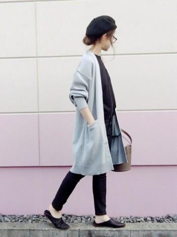 スリッパサンダルも人気ですね♪あまりに寒くなってくると履けなくなってしまうので、秋にぴったりのトレンドアイテムです。個性的でおしゃれな足元に。
