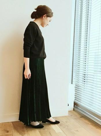 こちらはベロア素材のプリーツスカート。上品な光沢が大人の雰囲気たっぷりでとっても素敵です。深いグリーンも秋色でかわいいですね♪