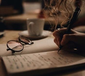 自分の本音を話せる人は限られていますよね。すぐに会って話を聞いてもらいけれどそうもいかない現実。そんな時は感情デトックスとして、今の気持ちをパソコンやノート書き出して表面化してみることもおススメです。