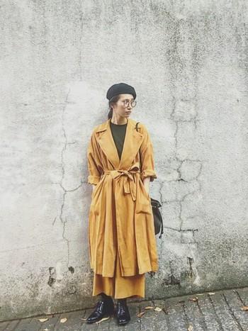 キャメルのライトコートを主役にしたコーディネイト。 マスタードは、一点投入するだけで、装いに鮮度とやわらかさが生まれます。 Vネックに開けた襟からはモスグリーンがちらり。 帽子と靴はかっこよく黒でまとめてます◎