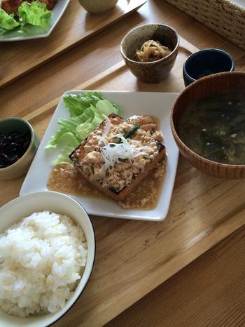 ヘルシーながらも、しっかりとボリュームのあるランチです。ご飯を雑穀米と玄米から選ぶことができるメニューも。