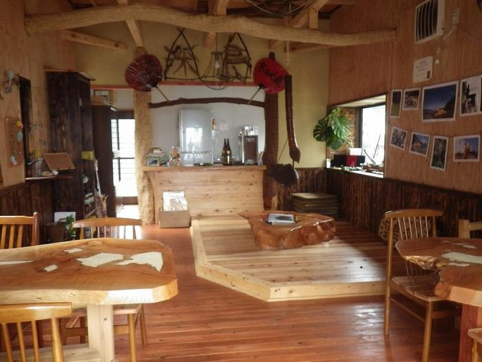 食堂の中も、木のぬくもり溢れる優しい空間になっています。食事は要予約ですが、「お店が開いていれば」お茶することもできるそうですよ。そんな島ならではのユルい感じもまたいいですね。(画像:でぃーぷまりん深島様ご提供)