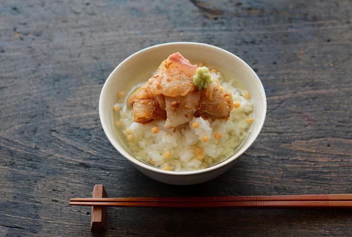"""お茶漬けが庶民の日常生活に浸透したのは「江戸時代」のこと。その頃から、冷めたごはんをおいしく食べる手段として、また手早く食事を済ませる手段として、多くの日本人から長年愛されてきました。ごはんにお気に入りの具材をのせて、お湯やお茶、だしなどをかけていただくというシンプルなスタイルの中に""""Japanese Beauty""""(日本の美)を感じます。  お茶漬けは京都弁で「ぶぶ(おぶ)漬け」とも呼ばれます。家で食べるというイメージが強いお茶漬けですが、最近では各地でお茶漬け専門店やぶぶ漬け店がオープンしています。お酒を飲んだあとの〆だけではなく、あっさり済ませたいときのランチにも、低カロリーのお茶漬けはぴったりですよね。"""