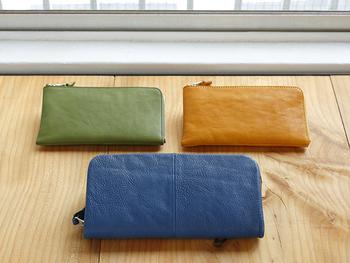 2種類のサイズからなる人気の【wallet(ウォレット)】。絶妙なカラーが魅力的。使うほどに、どのように風合いが変化していくのか楽しみなお財布です。