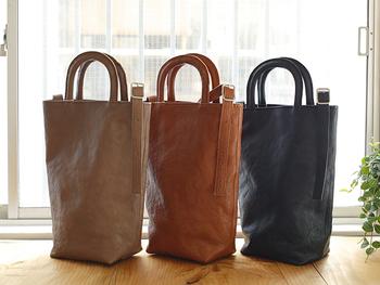 「numeri」定番のバッグ【FARO(bottle bag)】。形が縦長なので、手に持ったときにすっきり決まります。ユニセックスで使えるのも嬉しいですね。