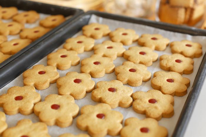 人気の【お花のクッキー】。素朴で優しい味わいのさまざまな焼き菓子は、心をホッと和ませてくれます。