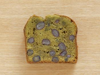 こちらは、国産の小麦粉・バター・きび砂糖を使った【抹茶と大納言のケーキ】。毎日食べたくなる飽きのこない焼き菓子が魅力です。