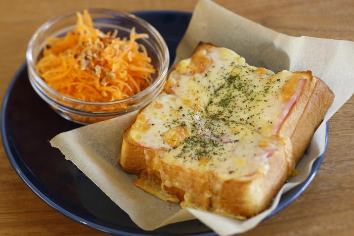 ちょっと小腹が空いたときにおすすめなのがチーズトーストとミニサラダのセット。チーズたっぷりでとても満たされます。 ※サラダはその時によってメニューが変わります。