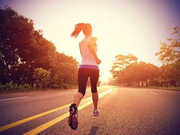 中でもジョギングのようなリズム運動はセロトニンの分泌にも効果的。運動に気が向かない場合は無理をせずに半身浴や岩盤浴など自分に合うもので汗腺を活発にしてみましょう。