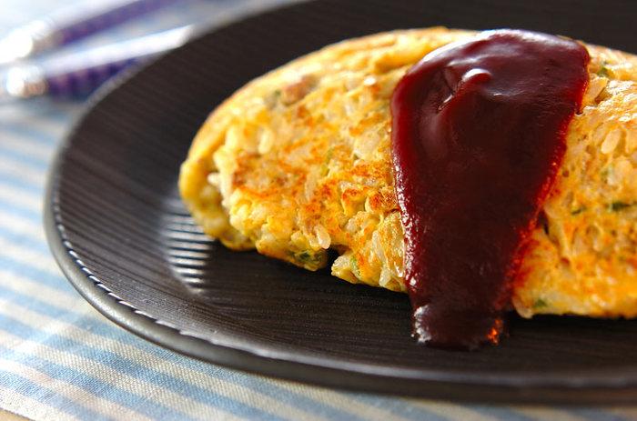 あらかじめご飯と卵を混ぜてから焼く新しいスタイル。オムレツを作る容量で形を整えます。強火で焼き上げることにより、外は少し焦げめが香ばしく、中はとろっと半熟でとっても美味しく仕上がります!