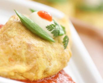 中のピラフには、たっぷりのさつま芋が…!食物繊維やビタミンCなどが豊富で栄養価の高い優秀野菜です◎辛めのトマトソースとクリームチーズでいただく、お洒落な逸品。