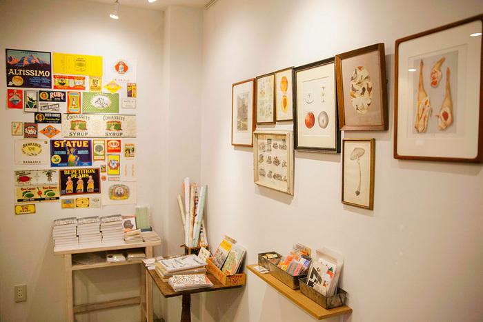 店内の奥に展示スペースを設け、アーティストやイラストレーターの展示も行なっています。