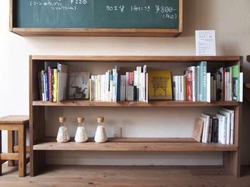 書店を飛び出して「本のある空間」を作る取り組みもされています。こちらは愛媛県の「ひなのや」さんというパン豆製造販売のお店の一角。貸し出し自由の「ちいさな図書館」という本棚です。地域との交流も、この本棚が担っています。