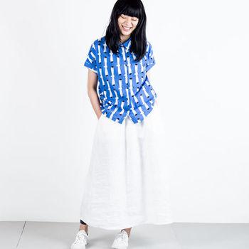 半袖のシャツには白いボトムスがぴったり!すっきりとした爽やかさを演出できますね。