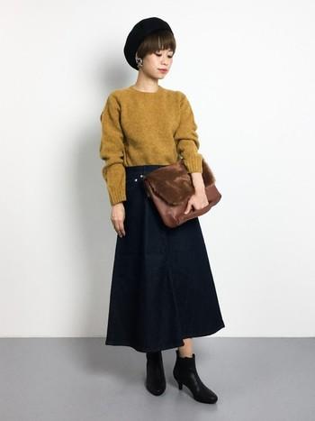 """ふわふわとしたやわらか素材の秋色ニットは""""大人かわいい""""を一枚で叶えてくれます。Aラインがきれいなマキシ丈スカートに、ショートブーツでレディーな装いに。"""