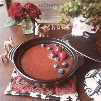 土鍋プリンのチョコバージョン、濃厚な味わいのチョコプリンのレシピです。カラメル不要なのでより簡単に作れますよ。