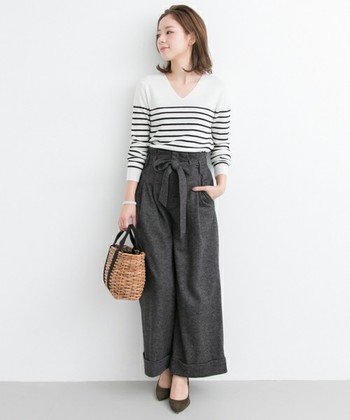 ウェストのベルトとタックから裾にかけてゆるやかに広がるラインが女性らしいワイドパンツには、ボーダーVネックのニットでリラックス感をプラス。かごバッグが秋の装いにもしっくり馴染んで素敵ですね。