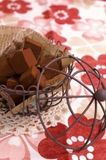 定番の手作り生チョコレートも、ブランデーをしっかり効かせれば大人限定の味わいです。ブランデーの代わりに、ラム酒やコアントローなどでも美味しくできるそうですよ。
