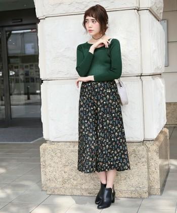 """小花柄のスカーチョにグリーンのタイトニット合わせたクラシカルな装いは、この秋冬のトレンド""""ヴィンテージミックス""""にぴったり。短め前髪もレトロスタイルにマッチしていますね。"""