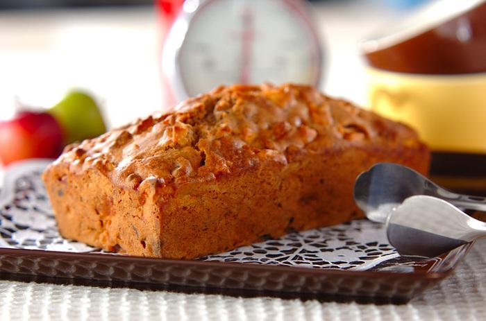 しっとりとした生地の中にりんごとナッツがたっぷり詰まったケーキです。りんごとシナモンの組み合わせはアップルパイを思わせるおなじみの香りですが、仕上げにカルヴァドスをたっぷりぬることで大人のスイーツに変身します。