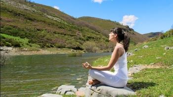 奥が深そうな瞑想ですが、リラクゼーション法の一つとして「心を落ち着かせて5分間目を瞑る」ことから始めましょう。目を瞑り、湧き上がるイメージに惑わされず呼吸に集中していると心の平穏を感じることができ、目を開けると不思議と頭の中がすっきりしていきます。