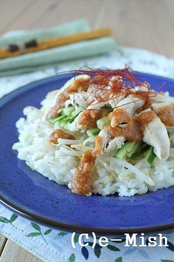 「豆板醤」に「ごま油」を使って、中華の人気レシピ棒々鶏を炊飯器で!下味をつけたささみ、お米、しょうがをきれいに炊きこんだら、特製ダレでいただきます。糸唐辛子は是非忘れずにのせてくださいね♪