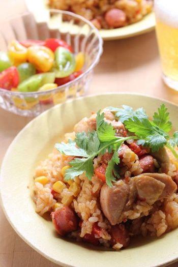 北アメリカの南部にあるメキシコから!チリパウダーやクミンパウダー、コリアンダーで仕上げたメキシカンな炊き込みご飯。メキシコでは土着の食物としてとうもろこしがよく食べられるとか。辛い料理の多いメキシコにならって、チリパウダーやチョリソーも気分が盛り上がりますね。