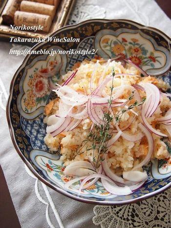 イタリアの食材「ドライトマト」と鮭を使った炊きこみご飯です。ドライトマトはコクがギュッとしていますので、うまみがご飯に溶け出します。仕上げに生の赤玉ねぎをのせるのもポイントですね!ハーブを散らして一層の異国感を味わいましょう。