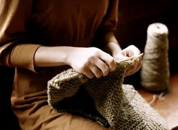 ハンドメイドブームにあやかり、今まで無縁だった人も何かを創りはじめると気持ちが潤います。編み物に抵抗があれば、100均のくるみボタンキットを使ったヘアゴムやブローチも簡単に作成できておススメです。