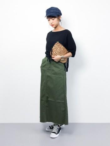 パキッとした生地のロングスカートに、シンプルなブラックのトップス。画廊のお手伝いさんのようでとってもオシャレ。