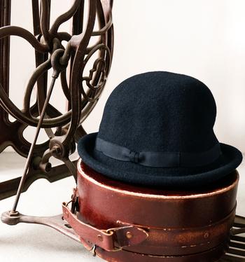 ブリティッシュスタイルにぴったりなボーラーハット。ワンピース、コートにシャツ、ワイドパンツやジーンズなど、いつもの装いに合わせると一気に上品に仕上がる帽子です。素材は、マットな風合いのウールです。クールなリボンが効いたどこか紳士っぽい形ですが、コンパクトなサイズ感が大人の女性にピッタリ。