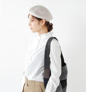 柔らかな肌触りでふんわりとあたたかい被り心地のベレー帽。優しい色合いと質感が、女性らしさたっぷりの旬な装いになります。シルクのような美しい光沢をもつアンゴラニットはとても軽く、保温力にも優れた高級素材。被ると、気品漂う大人のコーディネートに仕上げてくれます。