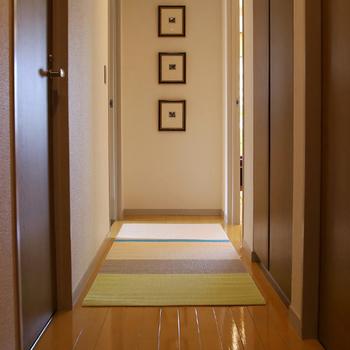 こちらのペーパーラグはとても軽いので持ち運びも便利で、掃除の時なども簡単に動かすことができるのでラクです◎ ソファやベッドの足元、玄関や廊下、お子様のプレイマットとしてなど用途はいろいろありますよ♪