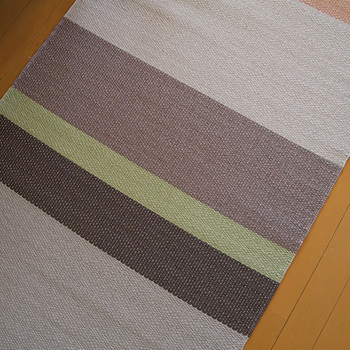 紙繊維を丁寧に編み込んでいて、肌触りは日本のゴザのようでさらりとした感触。オールシーズン気持ちよく使えちゃいます。 裏面には、滑り止めコーティングが施してあるので安全ですし、お掃除ロボも止まることなくお掃除してくれます!