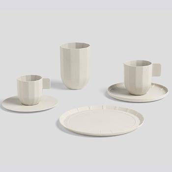 """こちらは「紙」がモチーフとなっている""""Peper porcelain""""というテーブルウェアのシリーズです。 HAY初となる有田焼での作品で、紙を折り曲げたようなデザインが表現力豊か。まるで本物の紙で作ったように見えますよね。 このシリーズは、湯のみタイプのマグ、シンプルな取っ手がついたエスプレッソカップ、カップを乗せるソーサー、紙皿のようなサイドプレートがあります。"""