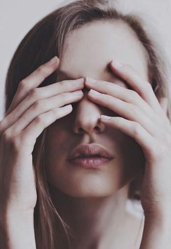 なんだか疲れたな・・と感じた時には、心の声に従って一休みしましょう。一度、鏡で自分を見つめてみてください。眉間に力が入ったり、口角が下がっていたり、肩がガチガチだったりしていませんか?一つでも当てはまっていれば、心がリラックスを求めているサインです。