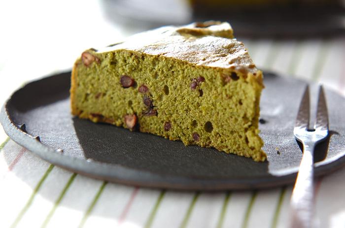 抹茶と小豆の仲良しな組み合わせのケーキ。卵白をツノが立つくらいしっかり泡立てるのがコツです。熱いほうじ茶を淹れて楽しみたい♪