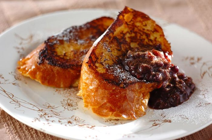 とろりと小豆を乗せて、いつものフレンチトーストをグレードアップ!休日の朝にゆったりと味わいたいフレンチトーストです。