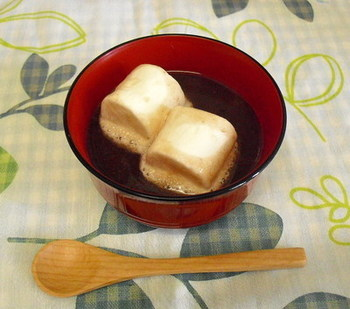 汁粉にラムレーズンを入れてアルコールを飛ばす。器にとり、マシュマロを浮かせて出来上がり。