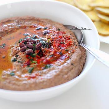 中東の伝統の豆料理「フムス(ハマス)」。通常はゆでたひよこ豆などで作りますが、今回はゆで小豆で。