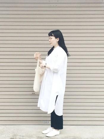 白ワンピースは一枚で着るとIライン効果は期待できないかも?と思いますが、ボトムスに締め色の細身パンツを合わせることで縦長のラインを作ることができます。