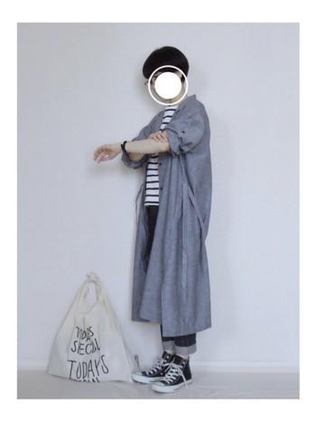 ふわっとしたシルエットのロングシャツワンピースを羽織りとして使ったIラインコーデ。細身のパンツでIライン効果、そして、裾をロールアップしてよりスッキリ見せています。